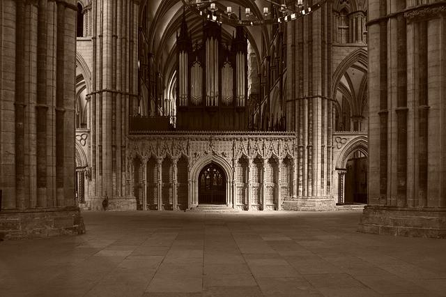 Stilte kan haast voelbaar zijn in grote gewijde ruimtes zoals in oude kathedralen